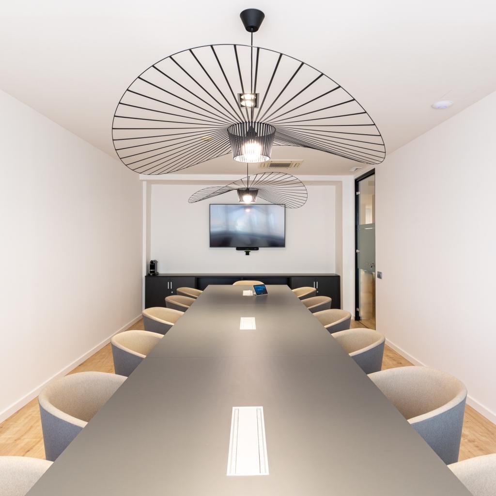 Mobiliario para sala de reuniones en oficina