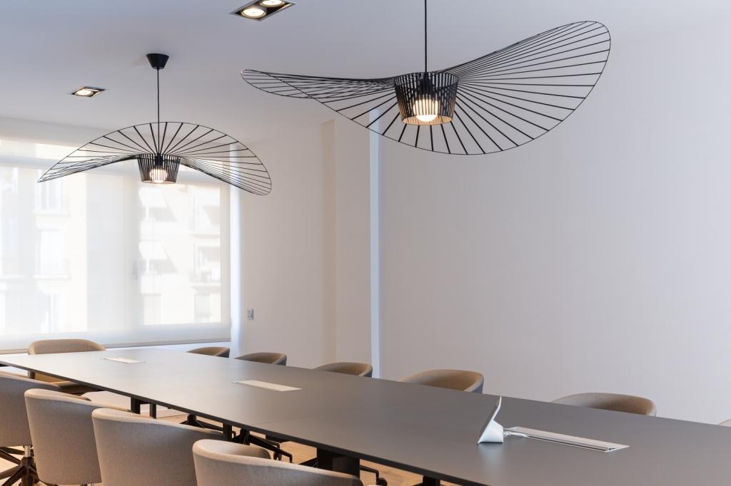 sala de reuniones con lampara vertigo