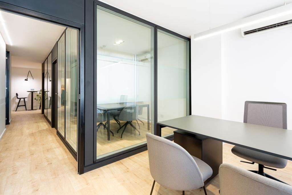 Mesa de despacho y mamparas de oficina
