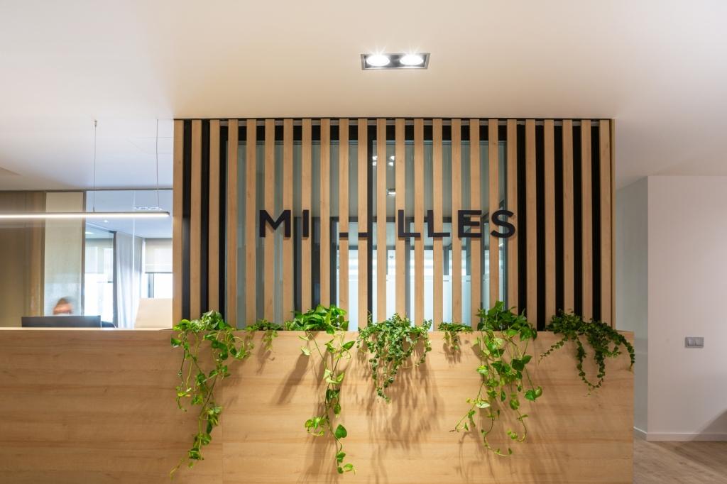 Recepción oficina con decoración vegetal